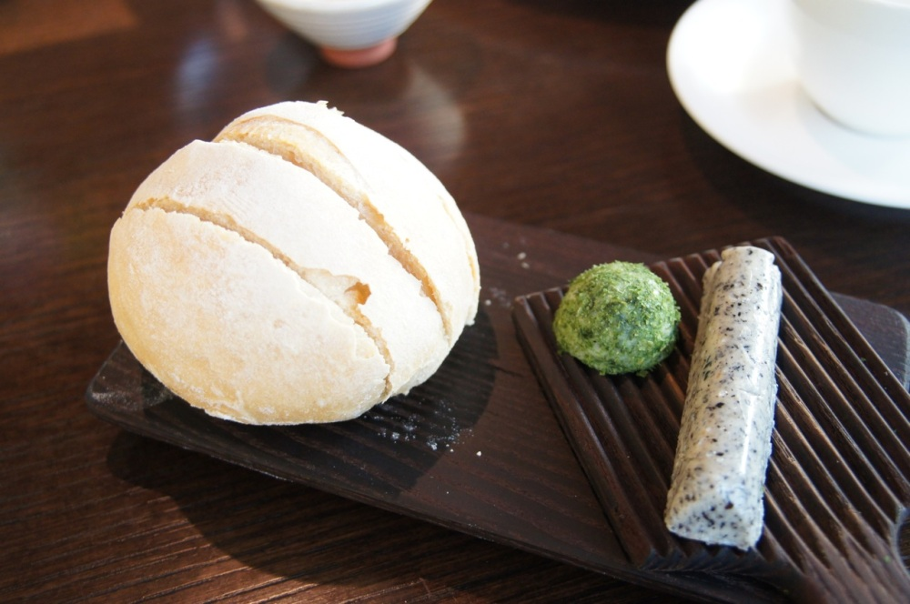 Bun with sesame butter and wakame butter