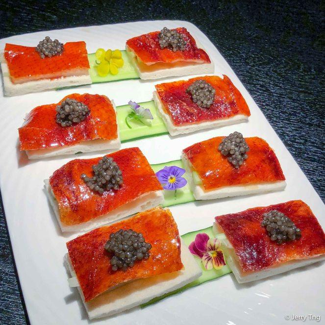 魚子酱片皮鸭 Crispy duck with imperial caviar