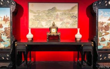 黑漆描金木楼钟,清宫做钟处,清乾隆,高70厘米,宽49厘米,厚33厘米。