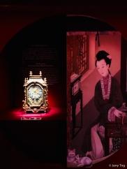 彩漆嵌铜活鼓字盘钟,清乾隆,通高63厘米,面宽37厘米,厚16厘米。