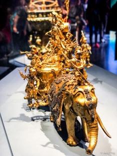 铜镀金象拉战车乐钟,高70厘米,长136厘米,宽55厘米。