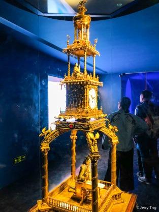 铜镀金写字人钟,高231厘米,底座77×77厘米。