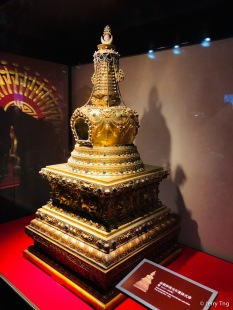 金嵌珍珠宝石塔,清,通高129厘米,底边长62厘米。