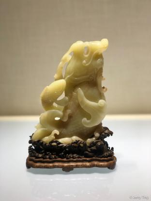 黄玉雕鱼龙式花插 (清乾隆 1736-1795)