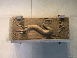 青龙砖(唐 618-907)Brick carved with azure dragon (Tang dynasty 618-907)