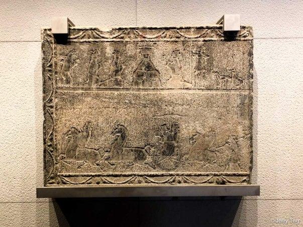 西王母车骑画像石(东汉 25-220)Stone relief with the Queen Mother of the West, chariots and cavalry (Eastern Han period 25-220)