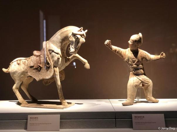 陶彩绘舞马、驯马俑(唐 618-907)Painted terracotta dancing horse and horse trainer (Tang period 618-907)