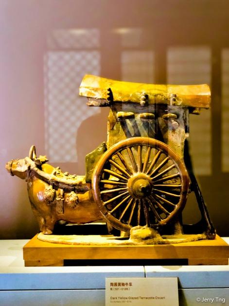 陶酱黄釉牛车(隋 581-618)Dark yellow glazed terracotta oxcart (Sui dynasty 581-618)