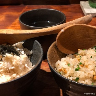 蟹飯 snpow crab on rice (L) ガーリックライス garlic rice (R)