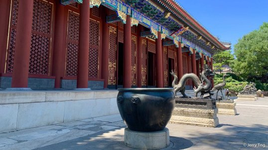 Bronze statues of dragons and phoenixes