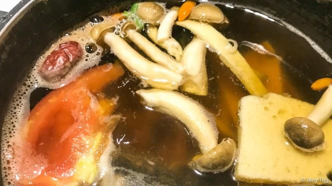 热剌剌的火锅 boiling hotpot