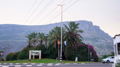 Junction with the sign of the town of Migdal