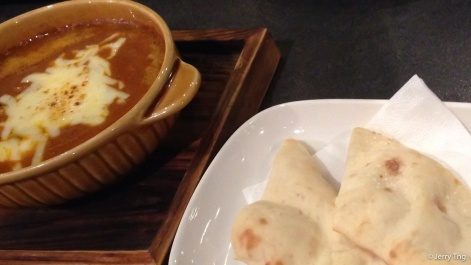 Butter chicken curry with pita bread